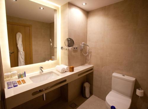 A bathroom at M.A. Hotel Sevilla Congresos
