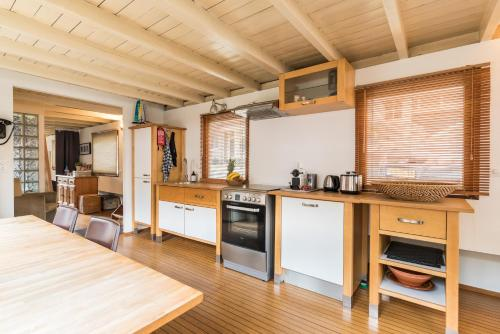 A kitchen or kitchenette at Houseboat Prince William & Houseboat Prince Arthur