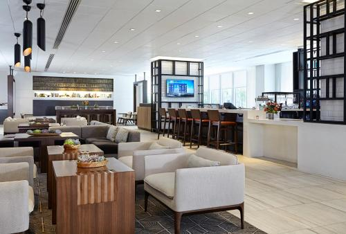 A restaurant or other place to eat at New York Marriott at the Brooklyn Bridge