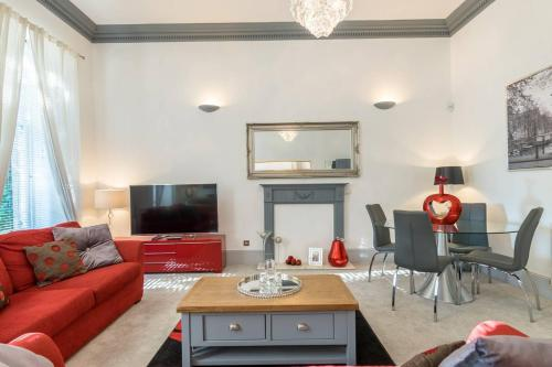 A seating area at Stunning 2 bedroom apartment in heart of west end