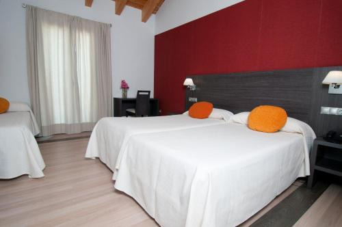 A bed or beds in a room at Amalurra Granada