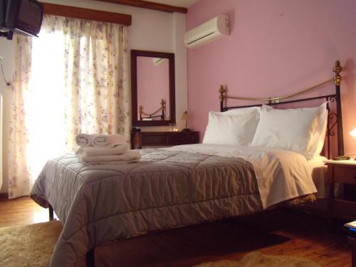 Ένα ή περισσότερα κρεβάτια σε δωμάτιο στο Ξενώνας Δώμα