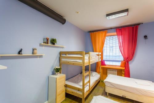 Двухъярусная кровать или двухъярусные кровати в номере Хостел Fusion