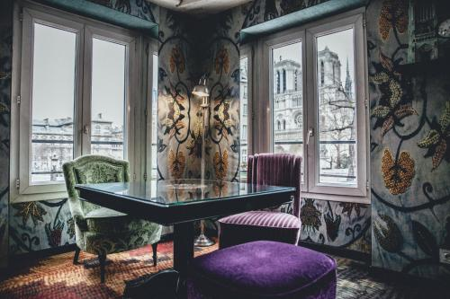 A seating area at Hotel Le Notre Dame Saint Michel