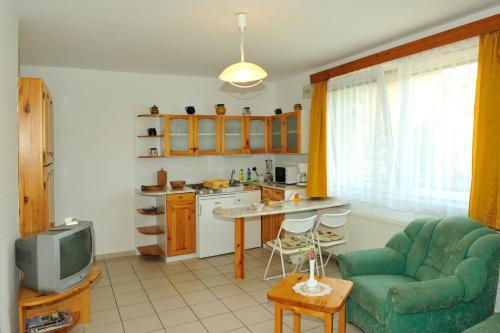 Кухня или мини-кухня в Betti Apartman