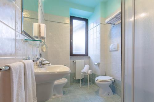 A bathroom at Hotel Traiano