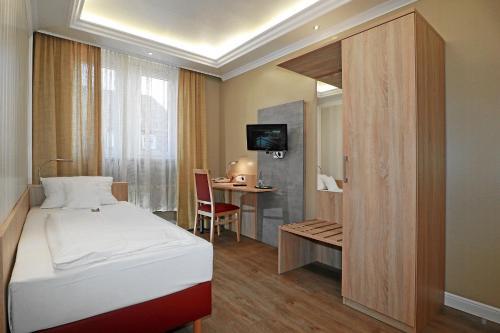 """Ein Bett oder Betten in einem Zimmer der Unterkunft Hotel & Restaurant """"Danner"""" Rheinfelden City Center"""