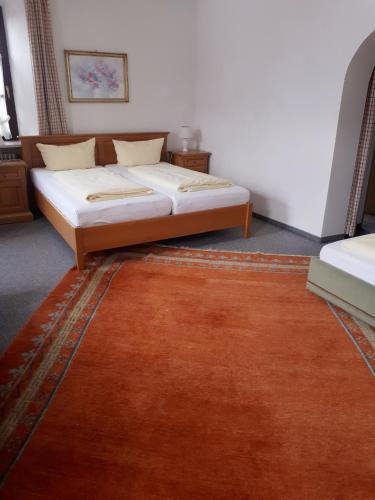 A bed or beds in a room at Gasthof zum Rassen