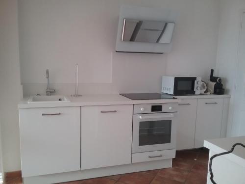 A kitchen or kitchenette at Petite Fleur d'Azur