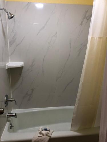 A bathroom at Gold Key Inn