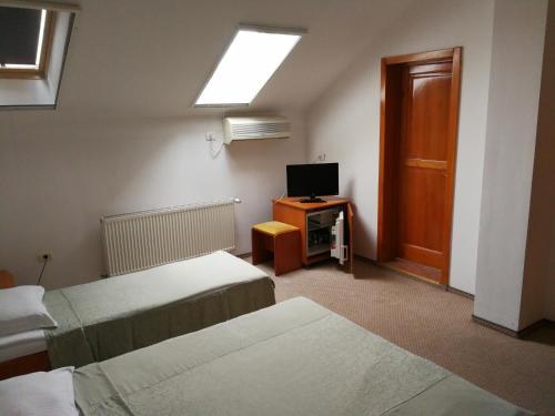 Un pat sau paturi într-o cameră la Hotel Lotus