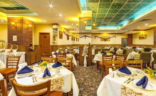 A restaurant or other place to eat at Hotel Emerald