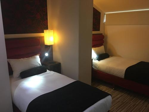 A bed or beds in a room at Simply Rooms & Suites
