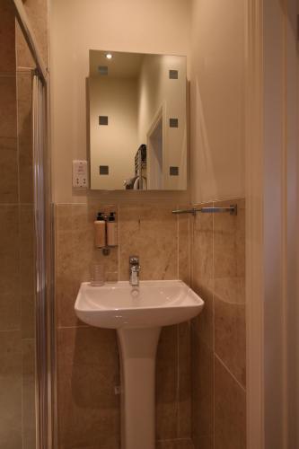 A bathroom at Hendford Apartments