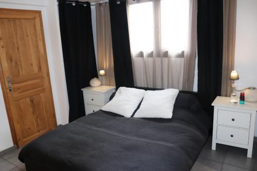 A bed or beds in a room at Skylark Bed & Breakfast