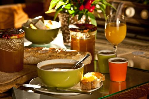 Breakfast options available to guests at Le Jardin de la Reyssouze