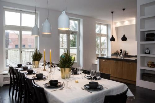 A restaurant or other place to eat at Bright Canal Apartments Gouda