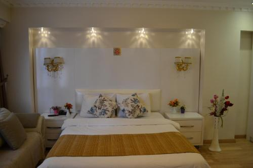 A bed or beds in a room at Peradise Hotel