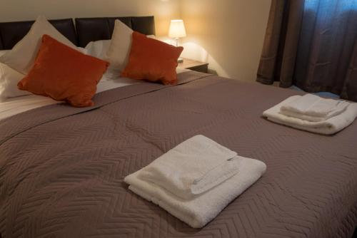 A bed or beds in a room at Two bedroom fully serviced house