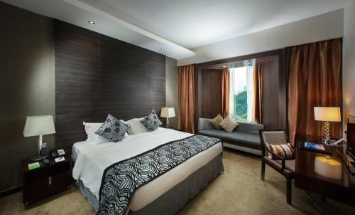 A bed or beds in a room at Peninsula Excelsior Hotel
