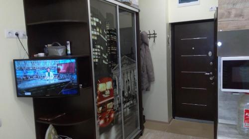Телевизор и/или развлекательный центр в Студия у моря