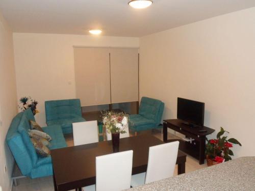 Кът за сядане в Georgos Apartment