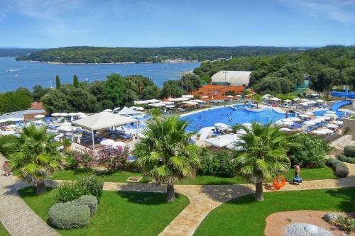 Ein Blick auf den Pool von der Unterkunft Valamar Tamaris Resort oder aus der Nähe