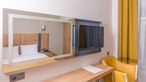 Телевизор и/или развлекательный центр в Julian Club Hotel