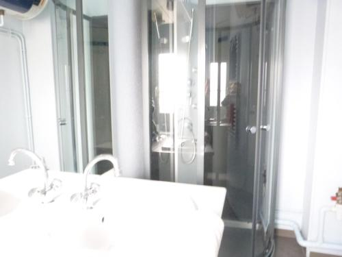 A bathroom at Résidence Hôtelière Le Gambetta