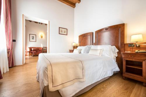 A bed or beds in a room at Hotel Villa Malaspina