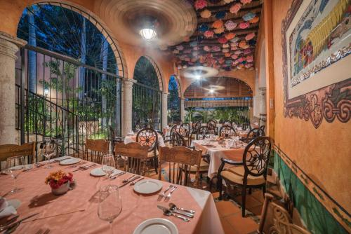 A restaurant or other place to eat at Hotel Posada del Hidalgo - Centro Historico