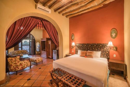 A bed or beds in a room at Hotel Posada del Hidalgo - Centro Historico