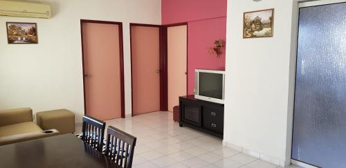 A television and/or entertainment centre at Basic & Cozy Home