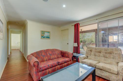A seating area at Brilliant, neat, convenient, family-friendly house