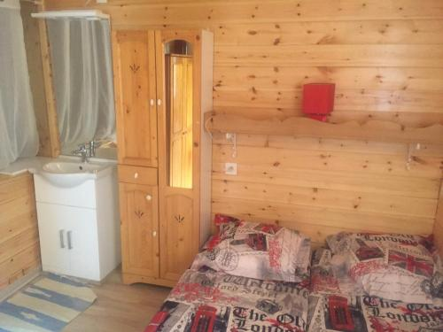 A bed or beds in a room at Chalet La Caillaude