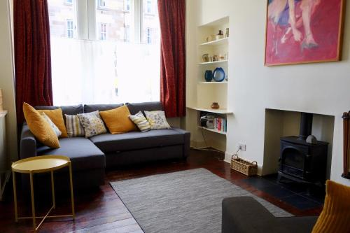 Art-filled 2 Bedroom Home in Leith Accommodates 6