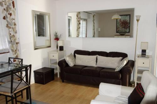 1 Bedroom Studio Flat with Free Parking Sleeps 2