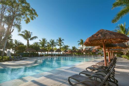 Бассейн в Sandos Caracol Eco Resort All Inclusive или поблизости