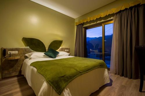 A bed or beds in a room at Beleza Serra Guide Hotel
