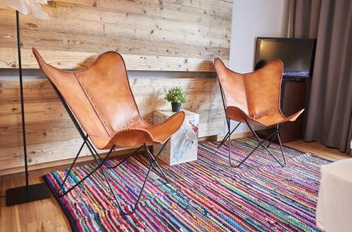 Ein Sitzbereich in der Unterkunft LALA arthotel