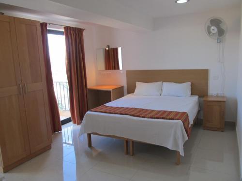 Un pat sau paturi într-o cameră la Shamrock Apartments