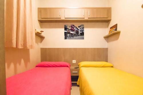 Een bed of bedden in een kamer bij Camping & Bungalows Zumaia