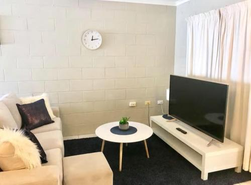 A seating area at TROPICAL living in LEAFY Edge Hill, FREE AC + WIFI