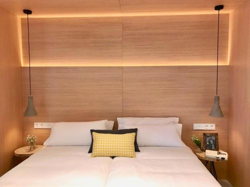 A bed or beds in a room at Inside Bilbao Apartments
