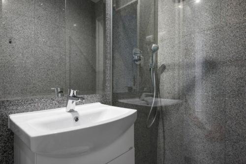 Łazienka w obiekcie Elegant Apartment - 7min to Main Square