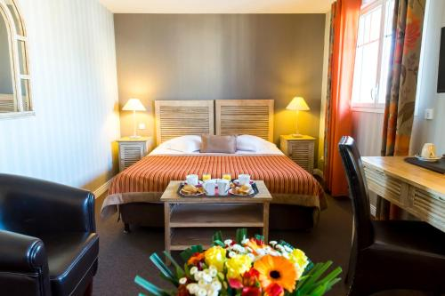 A bed or beds in a room at Almoria Hôtel & SPA