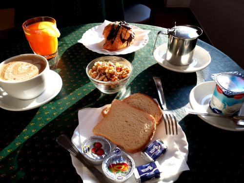 Breakfast options available to guests at Hotel Traghetto