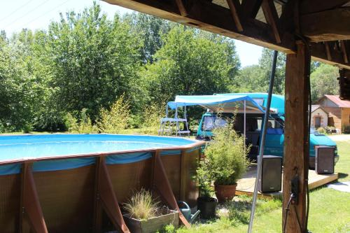 The swimming pool at or near Moulin de Chantegrolle