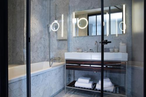 A bathroom at Maison Bréguet
