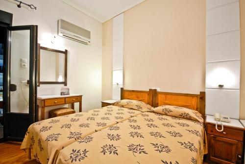 A bed or beds in a room at Hotel Coronis